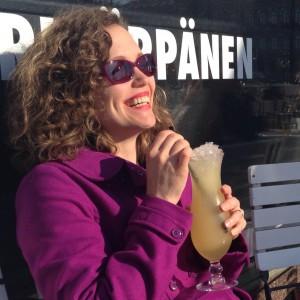 Terassilla nauttimassa auringosta ja drinkistä